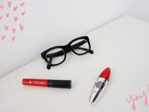 Maquillaje con gafas de pasta negras